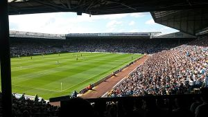 600px-Panoramic_view_of_a_packed_Elland_Road_stadium_from_the_south_east_corner_of_the_stadium